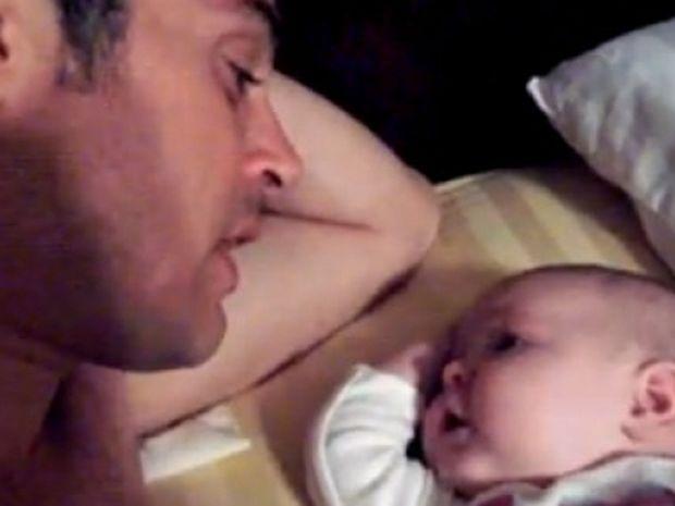 Bίντεο: Μωρό δύο μηνών τραγουδά με τον μπαμπά του!