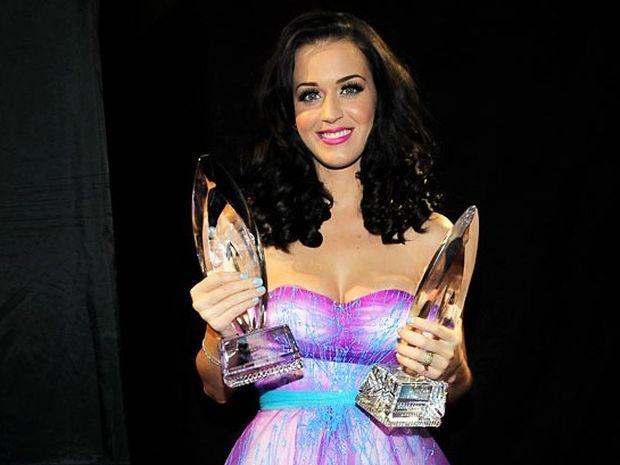 Katy Perry: Bροχή οι τίτλοι για την απόλυτη Σκορπίνα