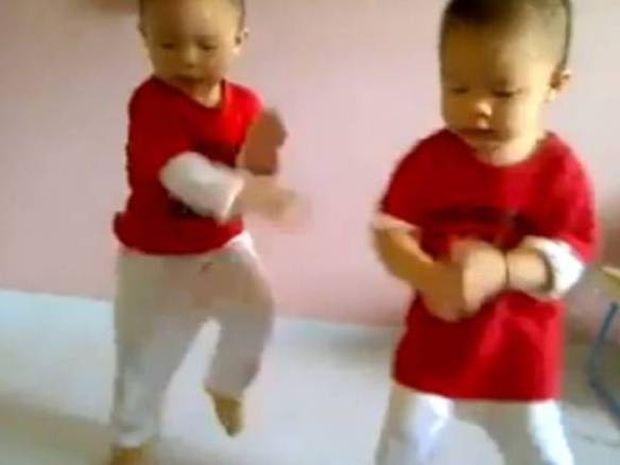 Δύο μωρά... ξεσαλώνουν (κυριολεκτικά) με Gangnam Style