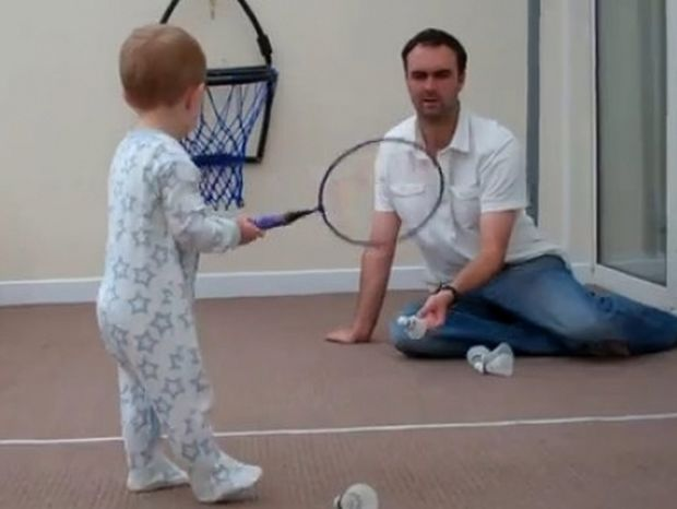 Δύο ετών και παίζει τένις σαν επαγγελματίας!