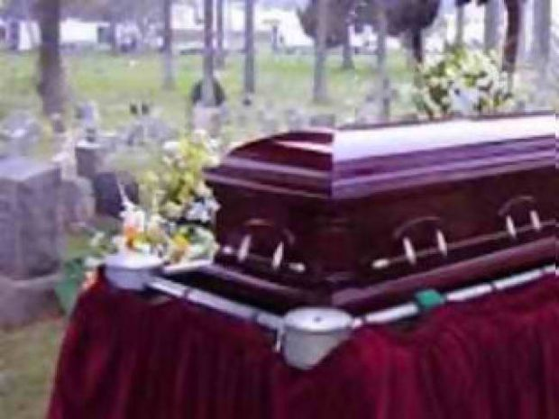 Πήγε να θάψει τη γυναίκα του και δεν πίστευε στα μάτια του...