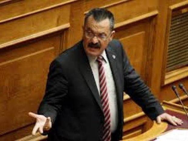 ΦΩΤΟ: Η στιγμή που ο βουλευτής της Χ.Α κάνει την ανάγκη του στο Mega