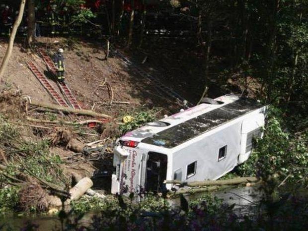 Λεωφορείο έπεσε σε χαράδρα – Νεκροί 24 επιβάτες