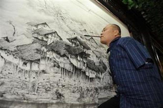 ΑΠΙΣΤΕΥΤΕΣ ΕΙΚΟΝΕΣ: Ζωγραφίζει μόνο με το στόμα και το δεξί του πόδι!