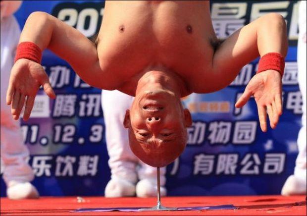 ΔΕΙΤΕ: Ισορροπεί όλο του το σώμα πάνω σε ένα στυλό