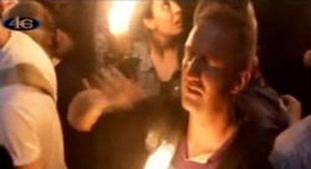 VIDEO: Το γύρο του κόσμου κάνει ο Ναυπλιώτης που δεν καίγεται από το Άγιο Φως