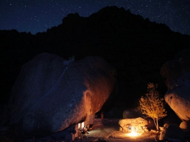 O άνθρωπος των σπηλαίων - Zει εδώ και 30 χρόνια κάτω από ένα βράχο!