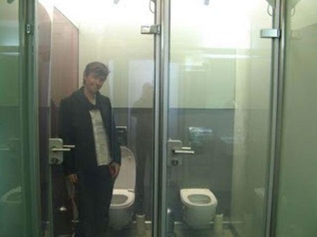 Η πιο hi-tech πόρτα τουαλέτας που έχετε δει