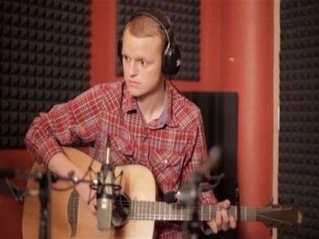 """""""Ανέβασε"""" τραγούδι στο YouTube που έγραψε ο ίδιος λίγο πριν... πεθάνει και έγινε διάσημος!"""