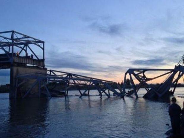 Βίντεο: Η κατάρρευση της γέφυρας παρέσυρε αυτοκίνητα στο νερό