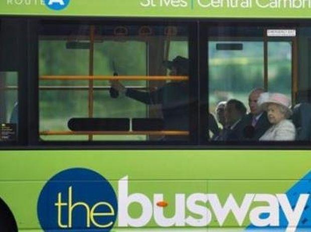 Η Βασίλισσα Ελισάβετ μετακινείται με λεωφορείο;