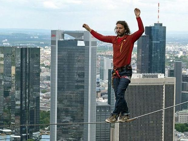 ΑΠΙΣΤΕΥΤΟ: Αν και υψοφοβικός περπάτησε 185 μ. πάνω από το έδαφος!