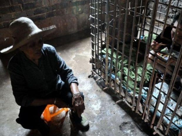 ΑΠΙΣΤΕΥΤΟ: Φυλακισμένος σε κλουβί για 11 χρόνια!