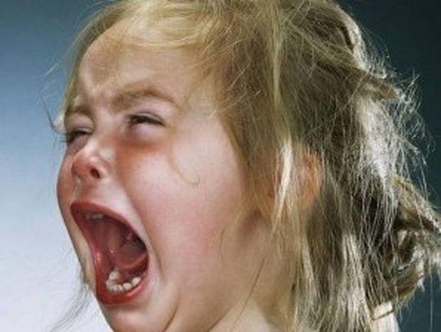 Δείτε τι έκανε σε μικρά παιδιά για να τα φωτογραφίζει να κλαίνε