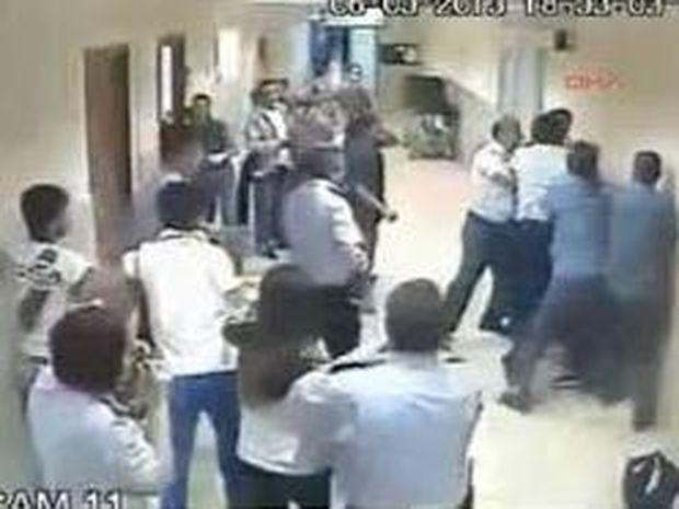 ΒΙΝΤΕΟ: Πλάκωσαν στις μπουνιές τους γιατρούς μετά το θάνατο ασθενούς στην Τουρκία