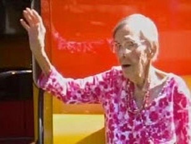 Είναι 105 ετών και λέει ότι το κλειδί της μακροζωίας είναι το...