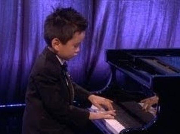 VIDEO: Ο απίστευτος 5χρονος πιανίστας που έχει ξετρελάνει όλο τον κόσμο