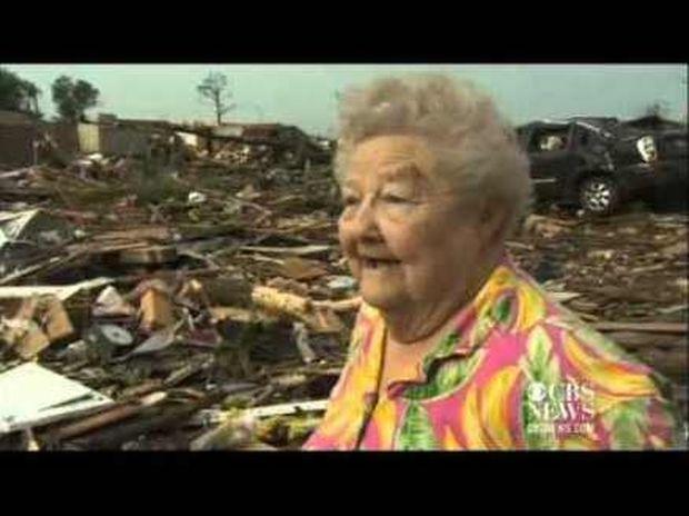 ΣΥΓΚΙΝΗΤΙΚΟ VIDEO: Βρήκε τον χαμένο της σκύλο στα συντρίμια του τυφώνα κατά τη διάρκεια συνέντευξης