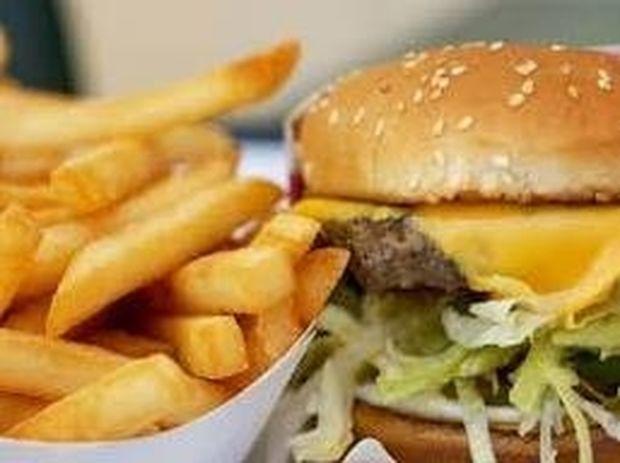 Σοκ με γνωστή αλυσίδα fast food - Δείτε τι κάνουν οι υπάλληλοι