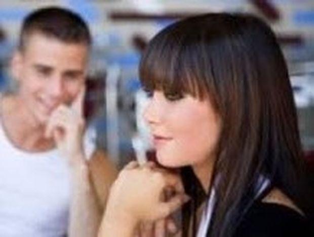Οι 7 κινήσεις που κάνουν οι γυναίκες όταν τους αρέσει ένας άνδρας