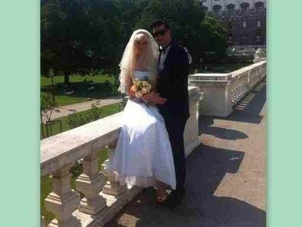 Την πρώτη βραδιά του γάμου της η Τζούλια έγραφε status