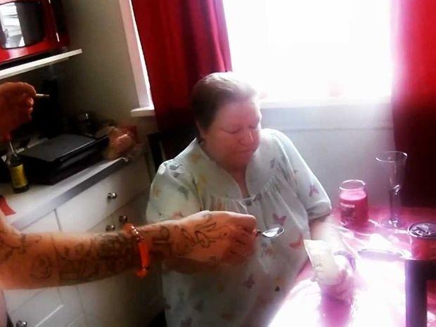 VIDEO: 60χρονη δέχεται την πρόκληση της κανέλας, και ιδού τα αποτελέσματα!