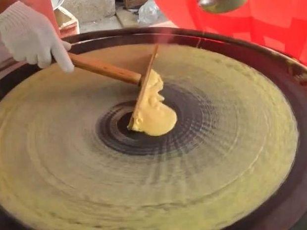 Βίντεο: Έτσι φτιάχνουν την κρέπα στην Κίνα