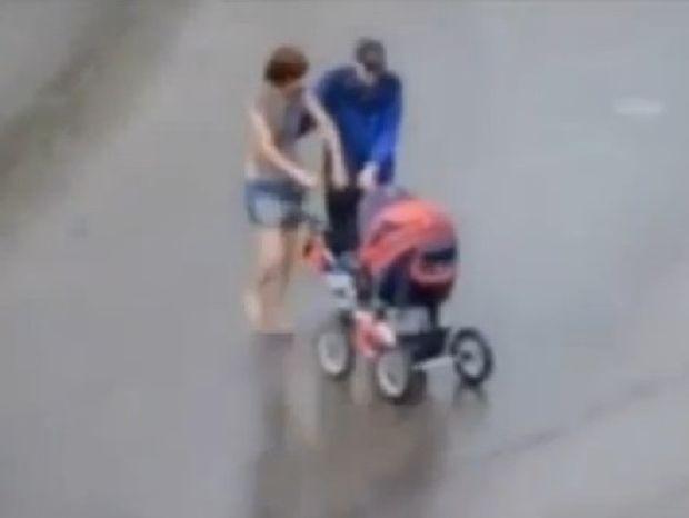 ΑΠΙΣΤΕΥΤΟ: Μεθυσμένοι γονείς κάνουν βόλτα το μωρό τους με το καρότσι! (βίντεο)