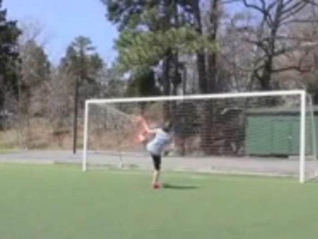 Η γυναίκα που βάζει τα… γυαλιά σε επαγγελματίες ποδοσφαιριστές (video)