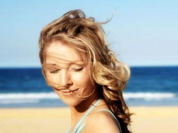 Προστατέψτε τα μαλλιά σας από τον ήλιο και τη θάλασσα