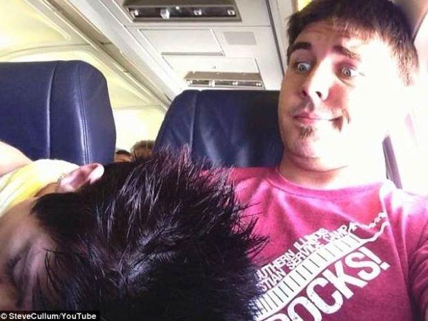 Το βίντεο που σαρώνει: Άγνωστη κοιμήθηκε πάνω του στο αεροπλάνο και...