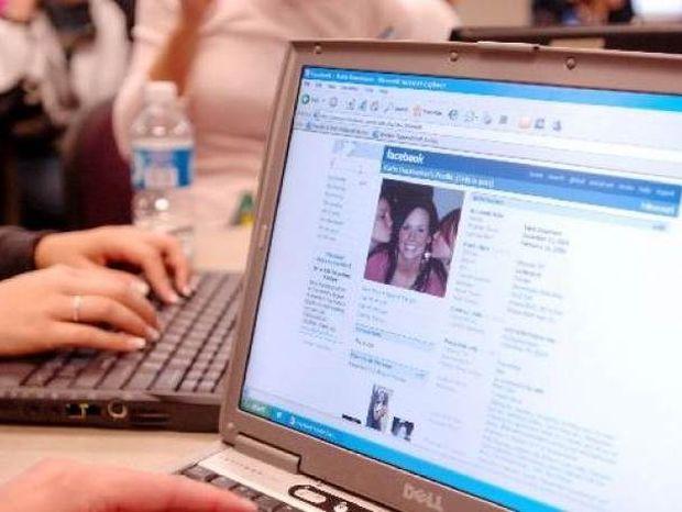 Κοίταξε στον υπολογιστή του άνδρα της και ανακάλυψε ότι ήταν...