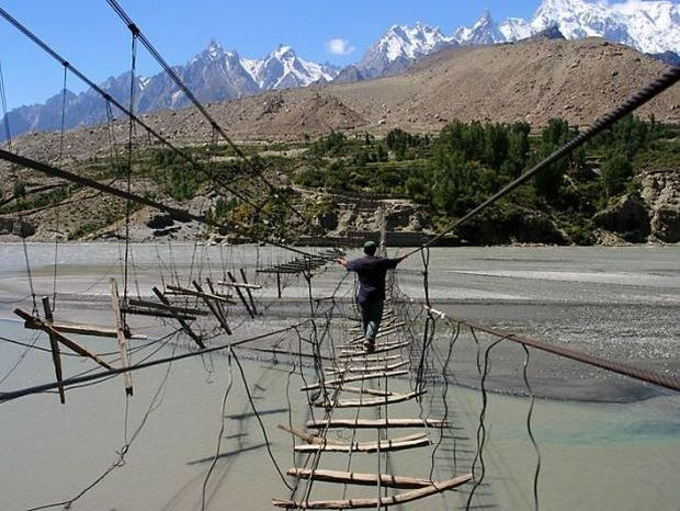 ΔΕΙΤΕ: Η πιο επικίνδυνη γέφυρα στον κόσμο!