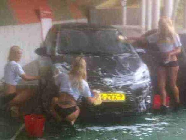 Ναϊμέγκεν: Πλύσιμο αυτοκινήτου από κοπέλες με μπικίνι στους παίκτες της!