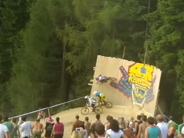 VIDEO: Εκπληκτικό προσπέρασμα σε αγώνα ποδηλασίας...