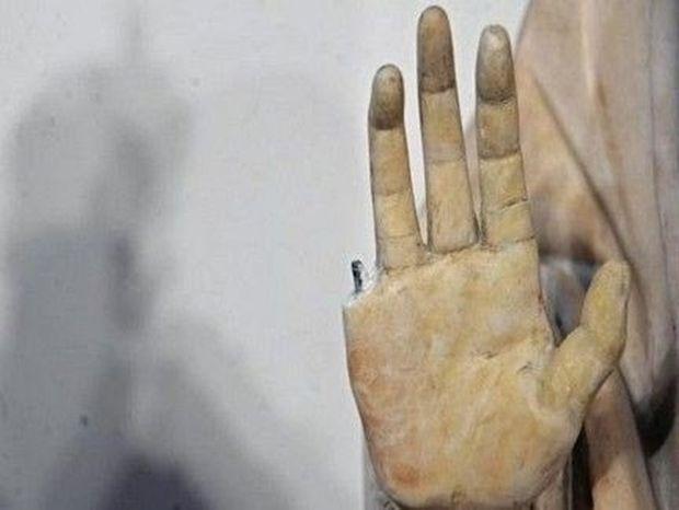 Τουρίστας έσπασε δάχτυλο από άγαλμα 600 ετών!!!