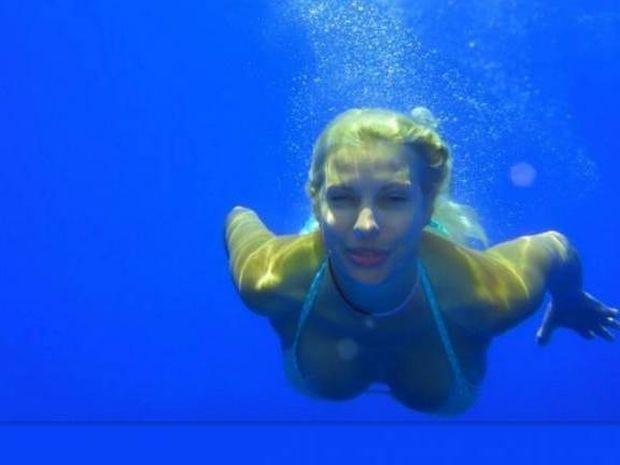 Η Ελένη Μενεγάκη ποζάρει στον βυθό της θάλασσας!