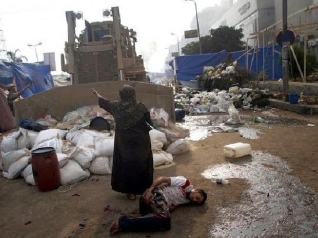 ΑΠΙΣΤΕΥΤΗ ΕΙΚΟΝΑ: Μια γυναίκα σταματά μπουλντόζα με το θάρρος της!