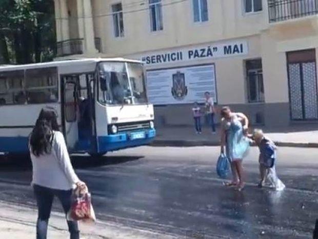 Βίντεο: Κόλλησε στην πίσσα στη μέση του δρόμου!
