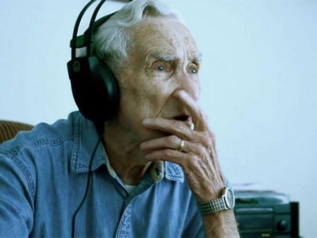 ΣΥΓΚΙΝΗΤΙΚΟ VIDEO: 96χρονος έγραψε τραγούδι για την επί 73 χρόνια σύζυγο του που έχασε πρόσφατα