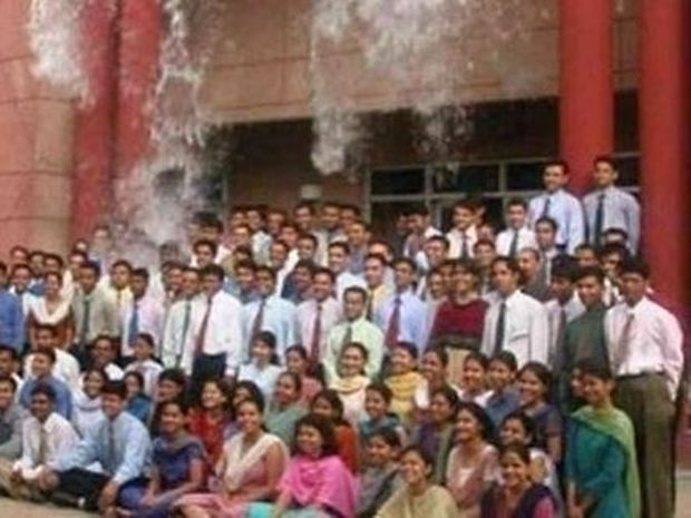 H αναμνηστική φωτογραφία των φοιτητών τους επιφύλασσε μία έκπληξη…