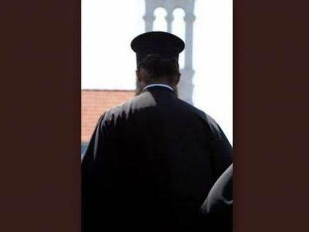 Ροζ σκάνδαλο μεγατόνων στην Ανατ. Αττική: Τσάκωσαν ιερέα με Δημαρχίνα!