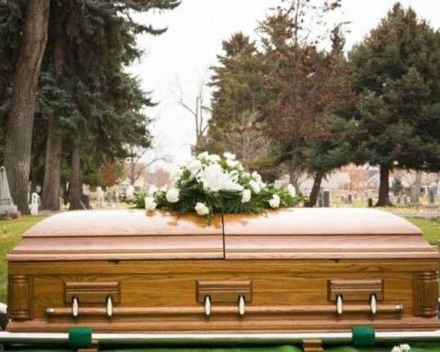 «Νεκρή» σηκώθηκε από το φέρετρο στην κηδεία της!