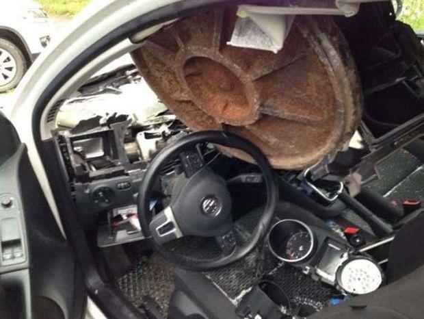 Ιπτάμενο καπάκι από φρεάτιο… διέλυσε αυτοκίνητο