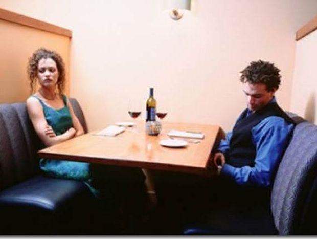 Φώτο που σαρώνει: Βαρέθηκε στο ραντεβού και... δείτε τι έκανε! (pic)