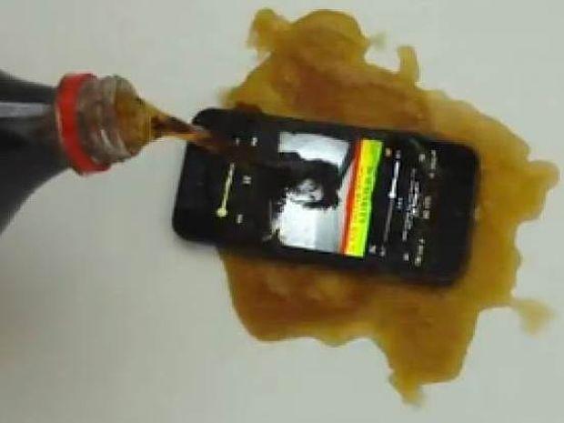 Βίντεο: Δείτε τι γίνεται αν ρίξετε Coca-Cola σε ένα iPhone 5