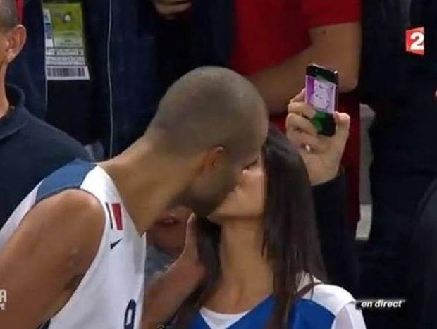 Γαλλία: Το καυτό φιλί του Πάρκερ στην κοπέλα του (video)