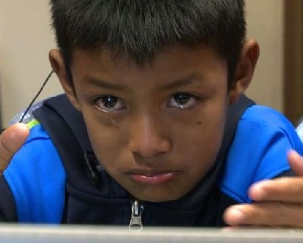 Ξέσπασε σε δάκρυα ακούγοντας για πρώτη φορά τη φωνή των γονιών του!