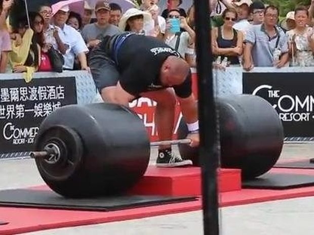 VIDEO: Σήκωσε 442 κιλά και έσπασε το ρεκόρ Γκίνες!