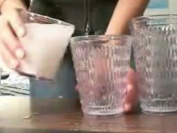 Απίστευτο κόλπο με ποτήρια (video)